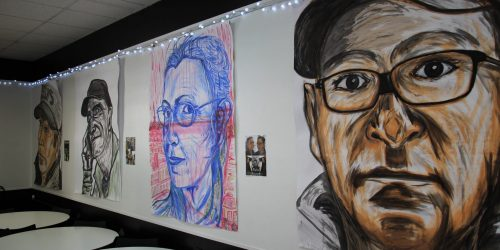 Vernissage Roger PEREZ à Initiatives, un artiste qui valorise les oubliés de la rue